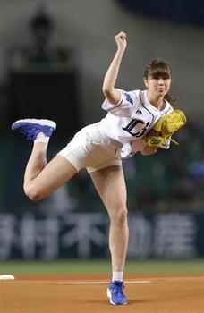 """神スイング""""の稲村亜美、始球式で98キロを陽岱鋼.jpg"""